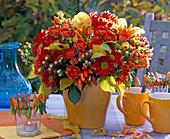 Strauß aus Chrysanthemum (Herbstchrysanthemen), Hypericum (Johanniskraut)