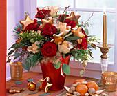 Strauß aus Rosa 'Talea' und 'Passion' (Rosen), Eucalyptus, Pinus (Kiefer)