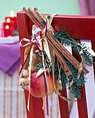 Kleiner Handstrauß aus Abies (Tanne), Malus (Apfel), Arachis (Erdnüssen)