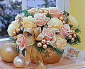 Strauß aus Dianthus (Nelken), Rosa 'Versilia' (Rosen), Eucalyptus
