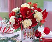 Strauß aus Hippeastrum 'Red Lion' (Amaryllis), Dianthus (Nelken), Asparagus