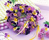 Kränze aus Viola (Acker - Stiefmütterchen), Allium (Schnittlauch)