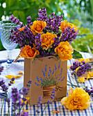 Strauß aus Rosen und Lavendel in Papiertüte : 2/2