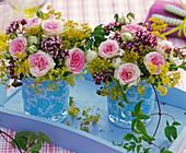 Kleine Sträuße aus zartrosa Rosa (Rosen), Origanum (Oregano), Alchemilla