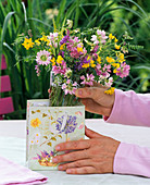 Place meadow bouquet in gift bag (1/2)