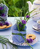 Kleiner Strauß aus Centaurea (Kornblume) und Gräsern in Serviette