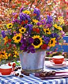 Strauß aus Helianthus (Sonnenblumen), Aconitum (Eisenhut), Aster