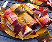 Autumn Parthenocissus leaves as name tags 'Moritz'