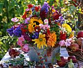 Strauß aus Helianthus (Sonnenblumen), Dahlia (Dahlien), Aconitum (Eisenhut)
