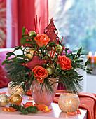 Weihnachtlicher Strauß mit Rosa (Rosen), Pinus (Kiefer), Viscum (Mistel)