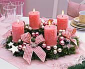 Adventskranz aus gemischtem Grün, rosa Kerzen, Schleifen, Christbaumkugeln