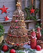 Stilisierter Weihnachtsbaum aus trockenen Zweigen mit Kette