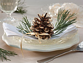 Gilded Pinus with branch tips as napkin deco