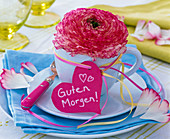 Ranunculus in espresso cup, heart with text 'Guten Morgen'