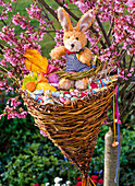Homemade wicker as an airy Easter basket