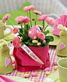 Bellis with napkin as planter, sign 'Happy Easter'