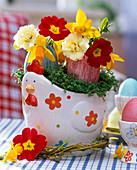 Easter nest in chicken with Lepidium, Primula