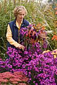 Woman binding a aster bouquet