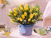 Tulipa (tulip), Cytisus (broom), Vaccinium (blueberry branches)