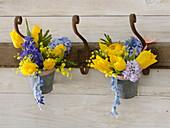 Duftende blau-gelbe Sträuße aus Tulipa (Tulpen), Hyacinthus (Hyazinthen)