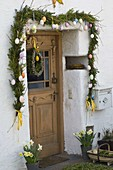 Decorate the entrance to the house