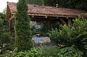 Open garden house as a covered terrace, Thuja 'emerald'