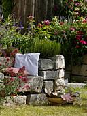 Trockenmauer aus Granit - Blöcken mit Sitznische