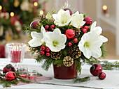 Weihnachtsstrauß mit weißer Amaryllis und Koniferengrün