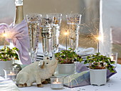 New Year's table decoration with Oxalis deppei, lucky pig