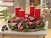 Natürlicher Adventskranz mit Äpfeln (Malus), Zapfen (Pinus), Hedera
