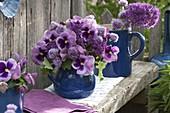 Rosa Sträuße aus Viola wittrockiana (Stiefmütterchen), Allium 'Purple