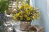 Gelber Wiesen-Kräuter-Strauß