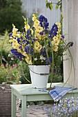 Blau-gelber Strauß aus Gladiolus (Gladiolen), Aconitum (Eisenhut), Verbena