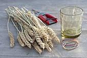 Kleine Erntedank-Sträuße in mit Weizen ummantelten Gläsern 1/3