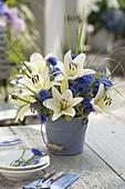 Blau-weisser Strauss mit Lilium asiaticum (Lilien), Centaurea cyanus