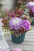 Kleiner Herbststrauss mit Chrysanthemum grandiflorum
