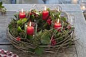 Ungewoehnlicher Adventskranz mit Efeu, Ilexbeeren und Chinaschilf