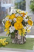 Yellow-white bouquet with ranunculus, Narcissus 'Ziva'