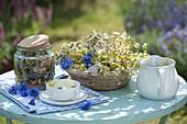 Frische und getrocknete Blüten von Tilia (Linde), Achillea (Schafgarbe)