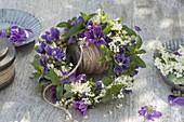 Kränzchen mit Blüten von Malva sylvestris (Malven), Holunder