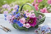 Korb mit frisch geschnittenen Blumen : Centaurea cyanus (Kornblumen),