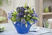 Blau-weisser Strauss mit Agapanthus (Schmucklilien), Echinops, Eryngium