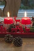 Holz-Untersetzer als Adventskranz mit 4 roten Kerzen, Ilex
