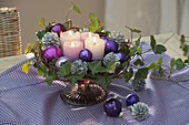 5-minute Advent wreath made of candles, balls on footed cake plate