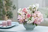 Romantischer kleiner Strauss aus Blüten von Rhododendron (Alpenrose)