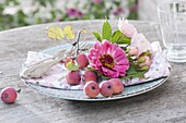 Napkin deco in pink shades with zinnia, roses