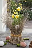 Narcissus 'Tete a Tete' (Narzissen), Topf mit Gräsern verkleidet, Ostereier