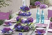 Aus Geschirr selbstgebaute Etagere mit Allium (Purple Sensation