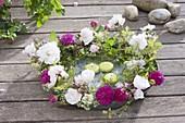Roses wreath 'Paul's Himalayan Musk', 'Rose De Resht'