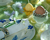 Snowdrop with grape hyacinth as a napkin decoration